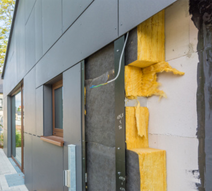 Kayed & Söhne - Fassadenarbeiten - Arbeit an Wärmedämmverbundsystem hinter Fassadenplatten