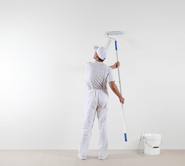 Kayed & Söhne - Malerarbeiten - Maler bei der Arbeit an Innenwand