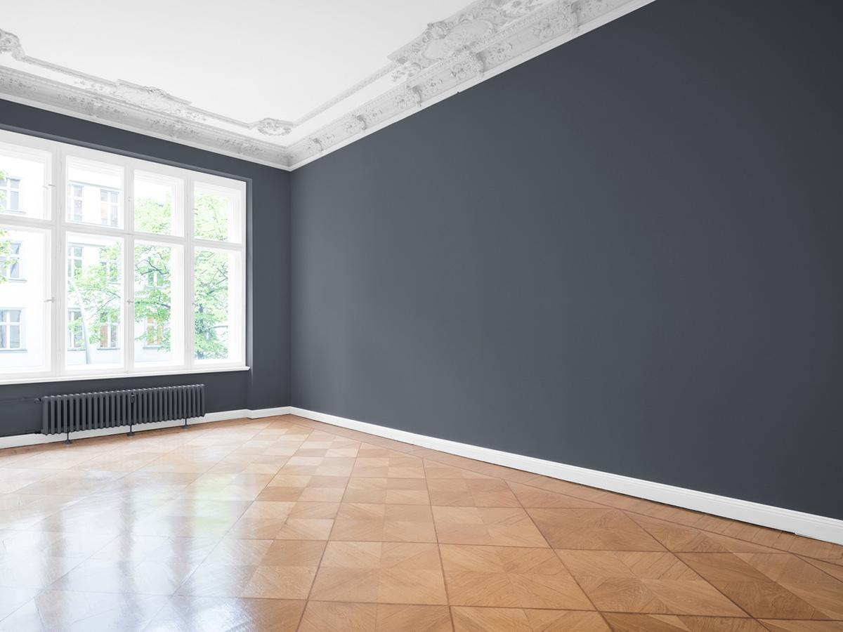 Kayed & Söhne GmbH Malermeisterbetrieb - Bodenverlegung - frisch renoviertes Zimmer mit Parkettboden