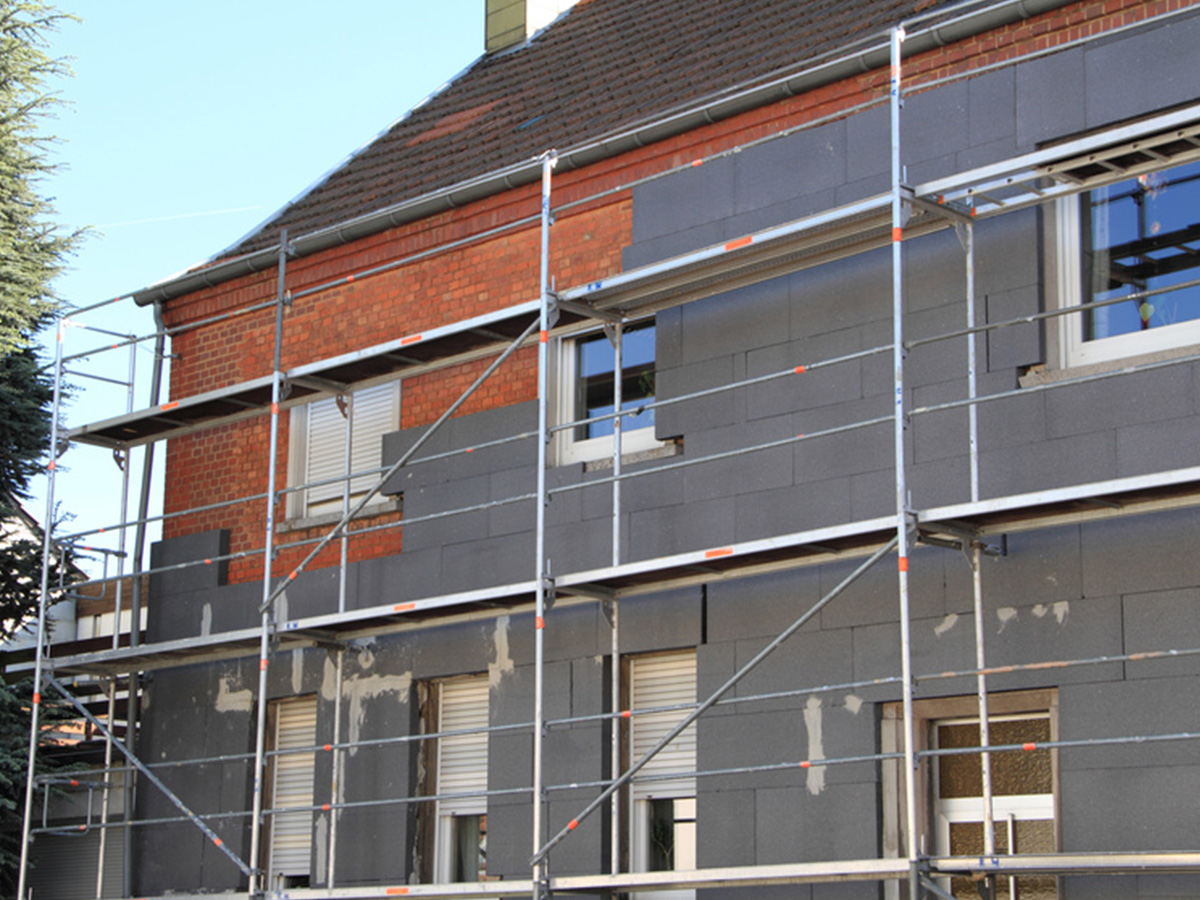 Kayed & Söhne GmbH Malermeisterbetrieb - Fassadenarbeitung - Sanierung und Dämmung einer Hausfassade