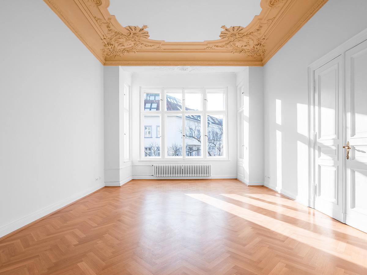 Kayed & Söhne – Ein frisch renoviertes Wohnzimmer mit Stuckaturen an der Decke